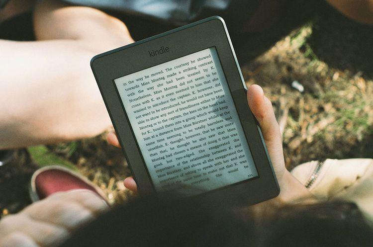 Personne lisant sur un Kindle