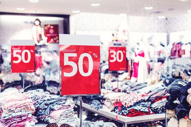 Magasin de vêtements avec affiches de promotion