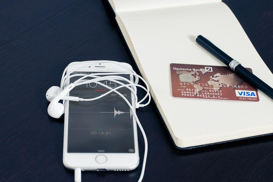 Smartphone posé à côté d'une carte bancaire