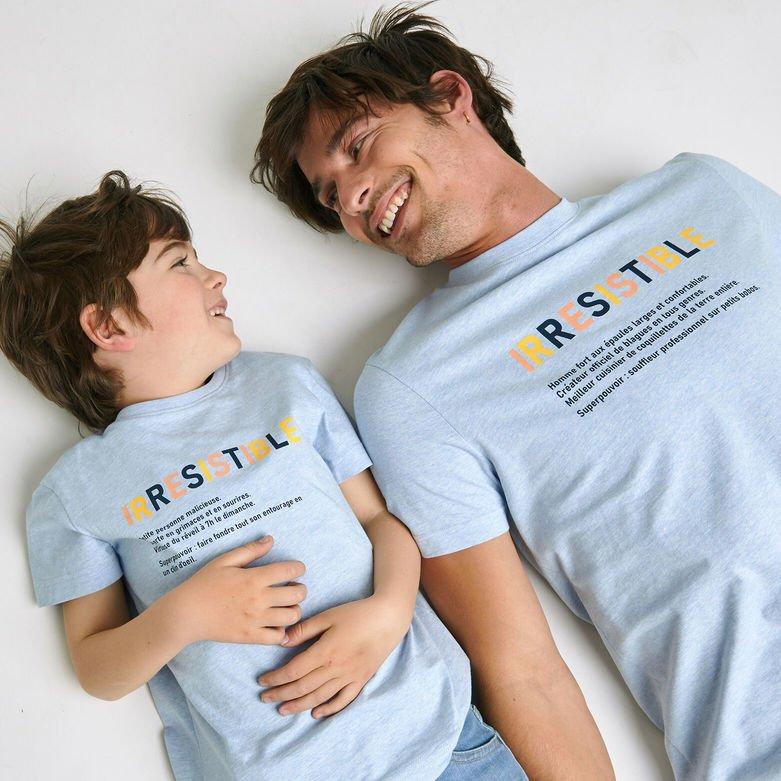 Un papa et un enfant allongés côte à côte en souriant
