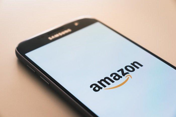 Smartphone zeigt Amazon App in der es am Black Friday und Cyber Monday tolle Angebote gibt