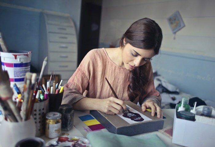 Hobby Künstlerin zeichnet mit einem Stift ein Gemälde