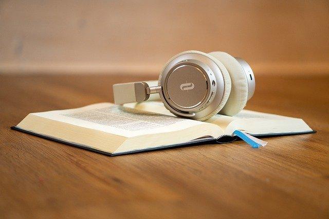 Kopfhörer auf Buch