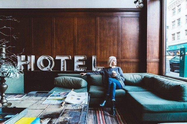 Frau im Hotel