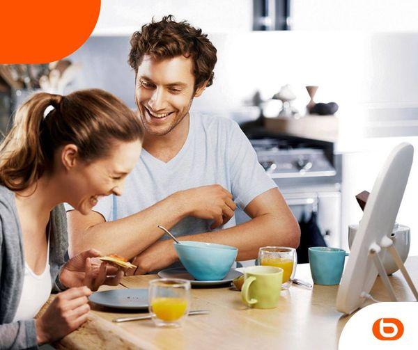 Publicité Boulanger avec couple en train de petit-déjeuner dans une cuisine