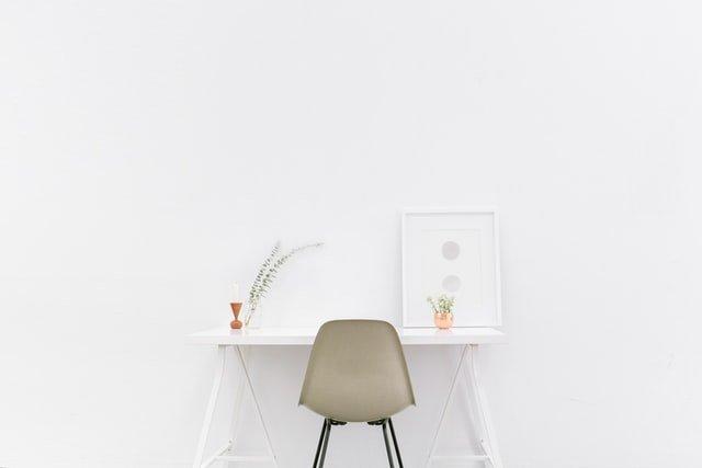 Bureau blanc collé à un mur blanc avec chaise beige