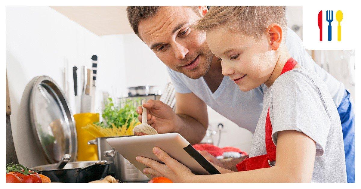 Père qui cuisine avec son fils pour le Fête des pères Darty