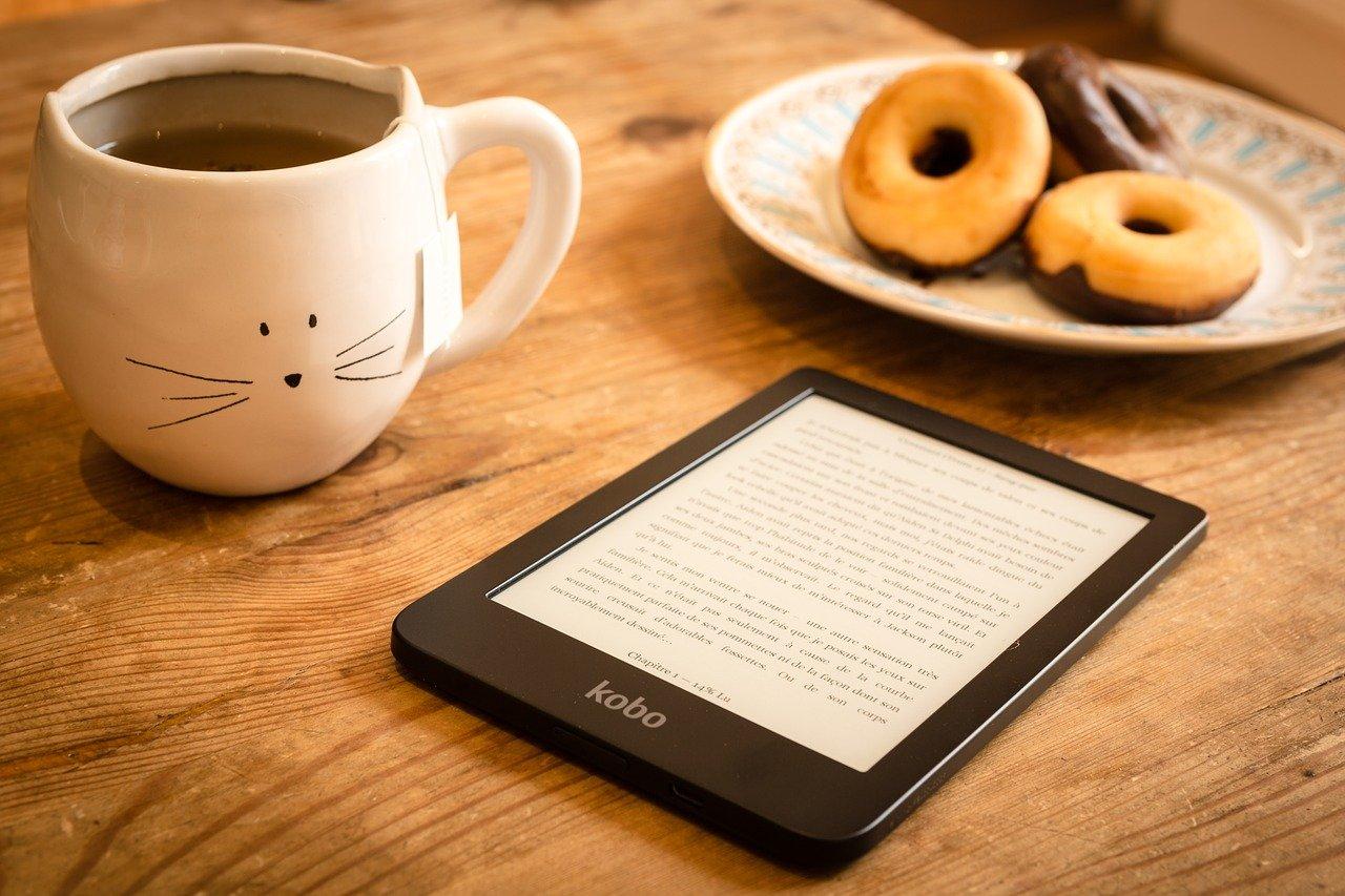 Liseuse posée sur une table avec un mug de café
