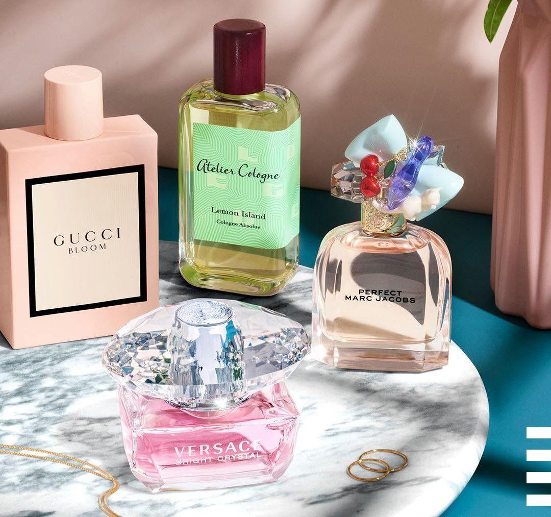 Assortiement de parfums sur un plateau en marbre