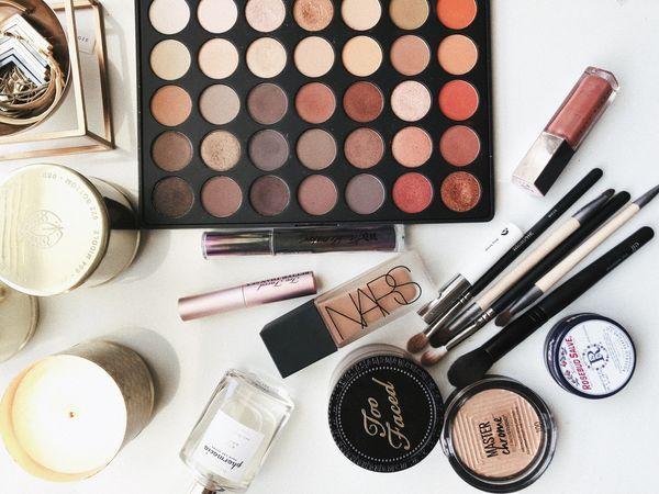 palettes et pinceaux de maquillage