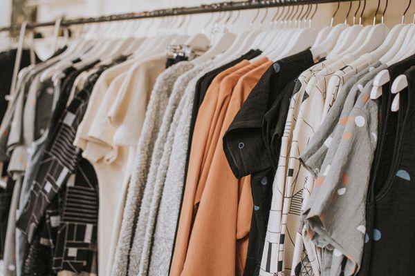 Portant avec vêtements sur cintres