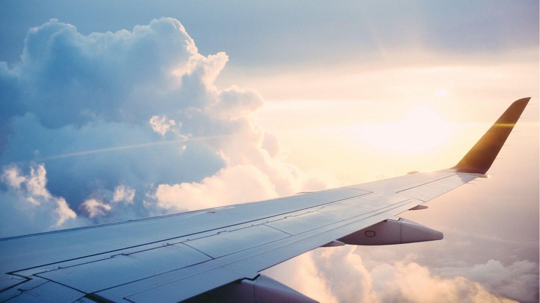 Teil eines Flugzeugs in den Wolken als Symbolbild für günstige Black Friday Angebote für Reisen