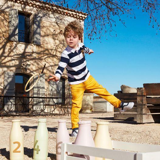 Enfant dehors qui joue