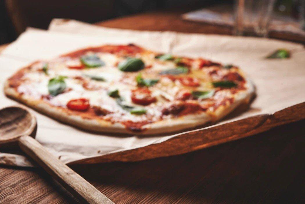 Pizza posée sur une table en bois