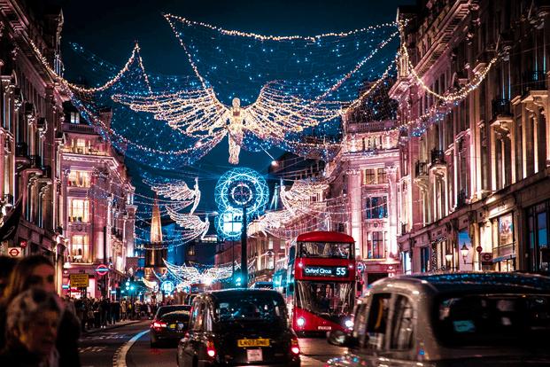 Oxford Street in London an Weihnachten mit Strassenlichtern