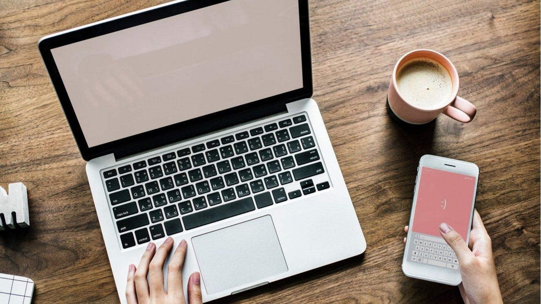 Laptop neben Smartphone die es in den Black Friday Angeboten reduziert gibt