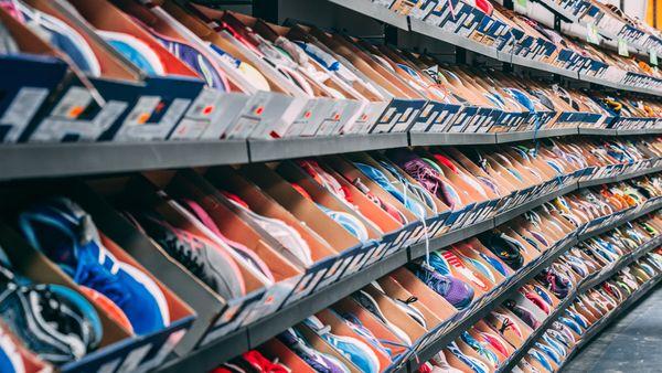 Rayons de baskets et sneakers