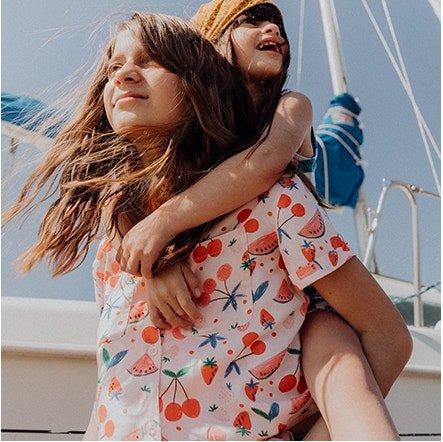Deux enfants sur un bateau