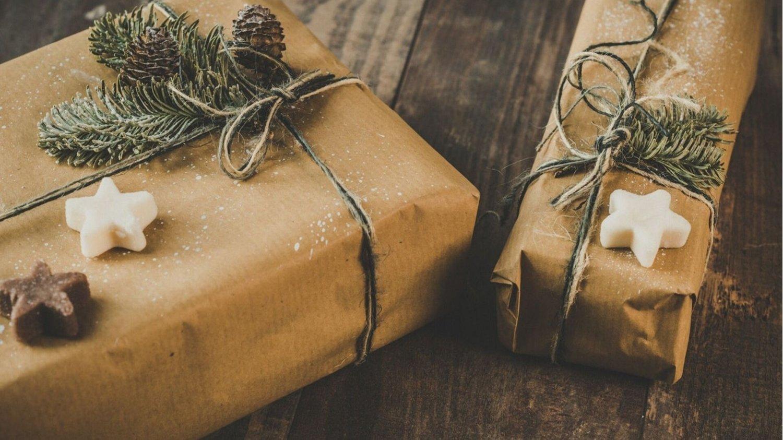 In Papier verpackte Weihnachtsgeschenke, die man am Black Friday günstig besorgen kann